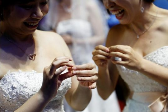 same-sex-marriage-taiwan-reuters-lesbicka-svatba-taiwanske-tradice-REUTERS-Tyrone Siu